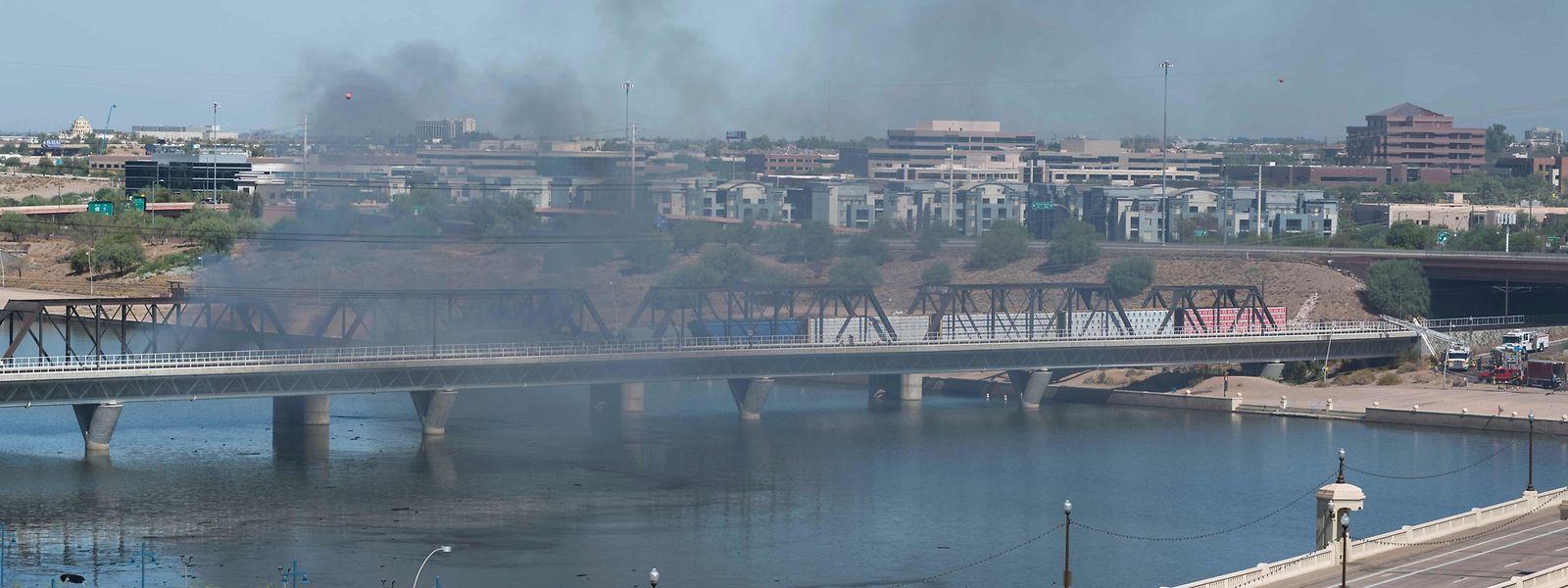 Rauch über dem brennenden Zug auf der Brücke über den Tempe Town Lake in Arizona.
