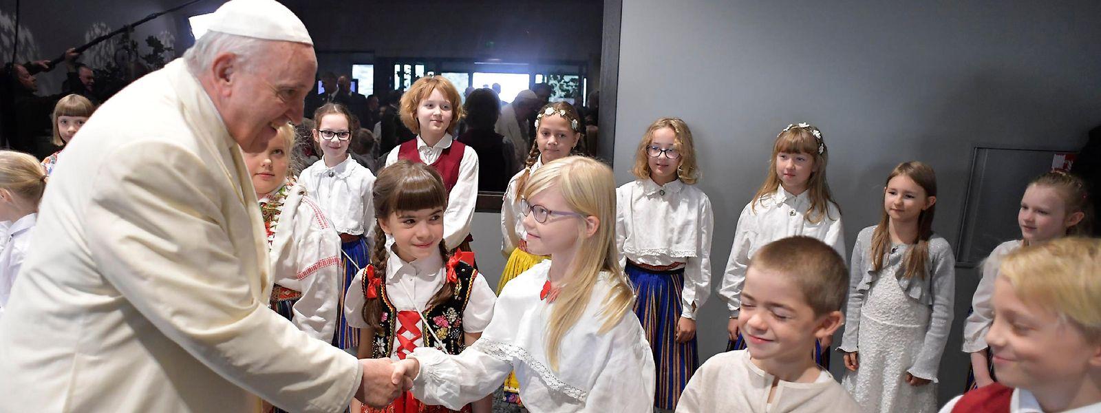 Viele Jugendliche würden die Kirche nicht mehr als einen bedeutsamen Gesprächspartner wahrnehmen, sagte der Pontifex bei seinem Besuch in Estland am Dienstag.