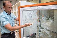 Polizeikommissar Tim Pauly erklärt den Unterschied zwischen RC2-Fenstern und Fensterscheiben ohne einbruchssicheres Material. Die RC2-Verglasung hält auch heftigsten Schlägen stand.