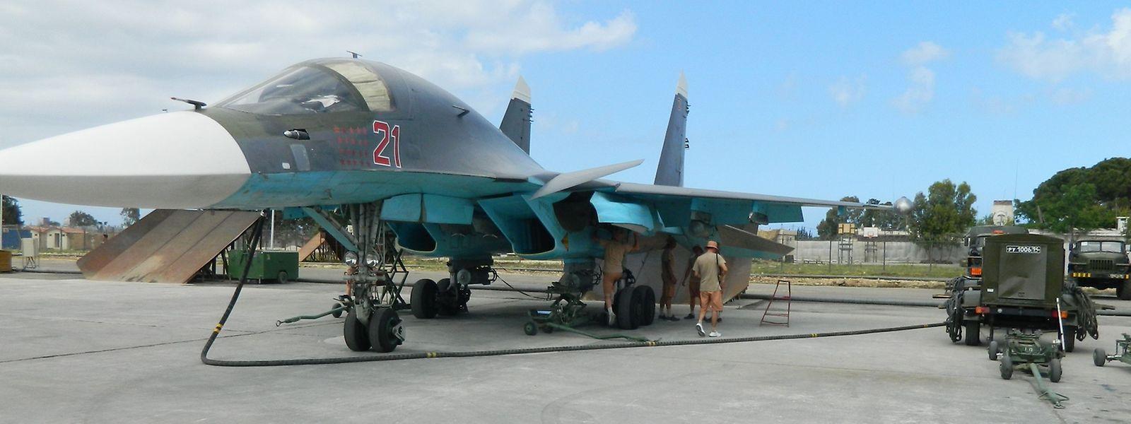 Ein russischer Suchoi-Kampfbomber beim Auftanken auf der Basis Hmeimin.