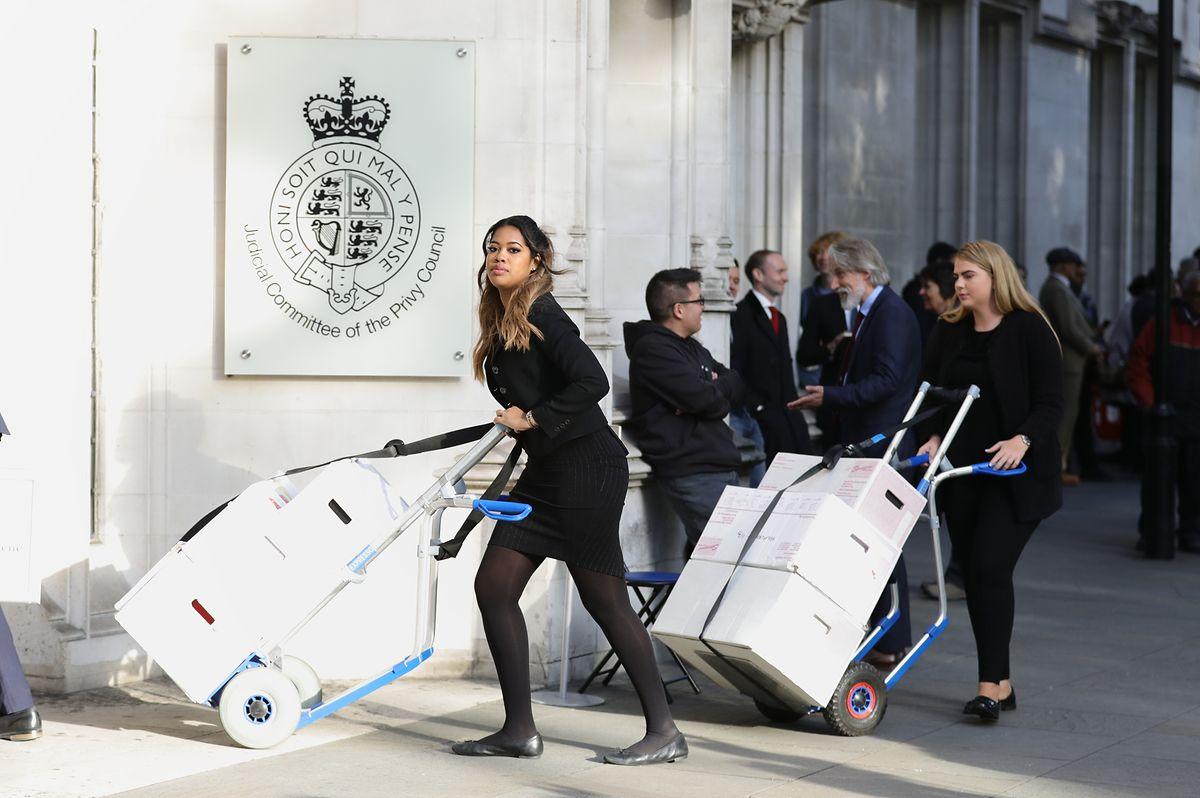 """Kisten mit juristischen Dokumenten werden zum  """"Supreme Court"""",dem Obersten Gerichtshof von Großbritannien, in London gebracht. Der Oberste Gerichtshof wird darüber entscheiden, ob der britische Premierminister Johnson das Gesetz gebrochen hat, als er das Parlament am 10.09.2019 in eine fünfwöchige Zwangspause geschickt hat."""