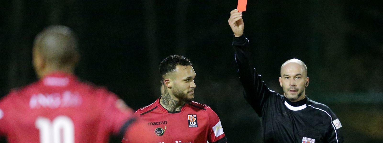 Sergio Rodrigues zeigt in dieser Szene im Dezember 2017 dem damaligen Differdinger Dwayn Holter die Rote Karte.
