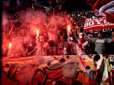 Mainz-Fans tauchen das Stadion in Rauch.