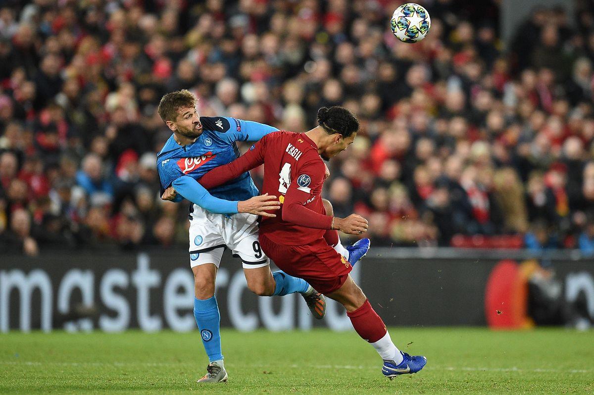 Fernando Llorente (à g., en bleu, au duel avec le Néerlandais Virgil Van Dijk) et Naples sont allés chercher un point de leur délicat déplacement à Liverpool