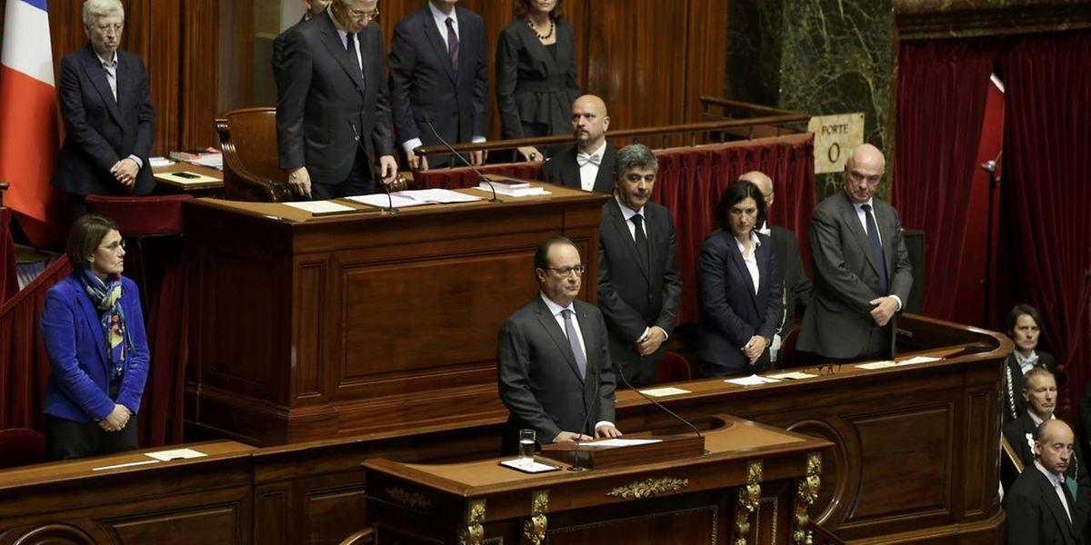Le président François Hollande et le Parlement réuni en congrès ont observé une minute de silence. A l'issue du discours présidentiel, le congrès a chanté la Marseillaise et acclamé le président de la République.