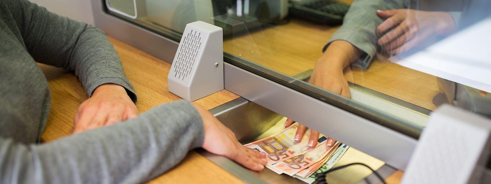 Die ULC kritisiert die hohen Gebühren bei Bankgeschäften, die am Schalter durchgeführt werden.