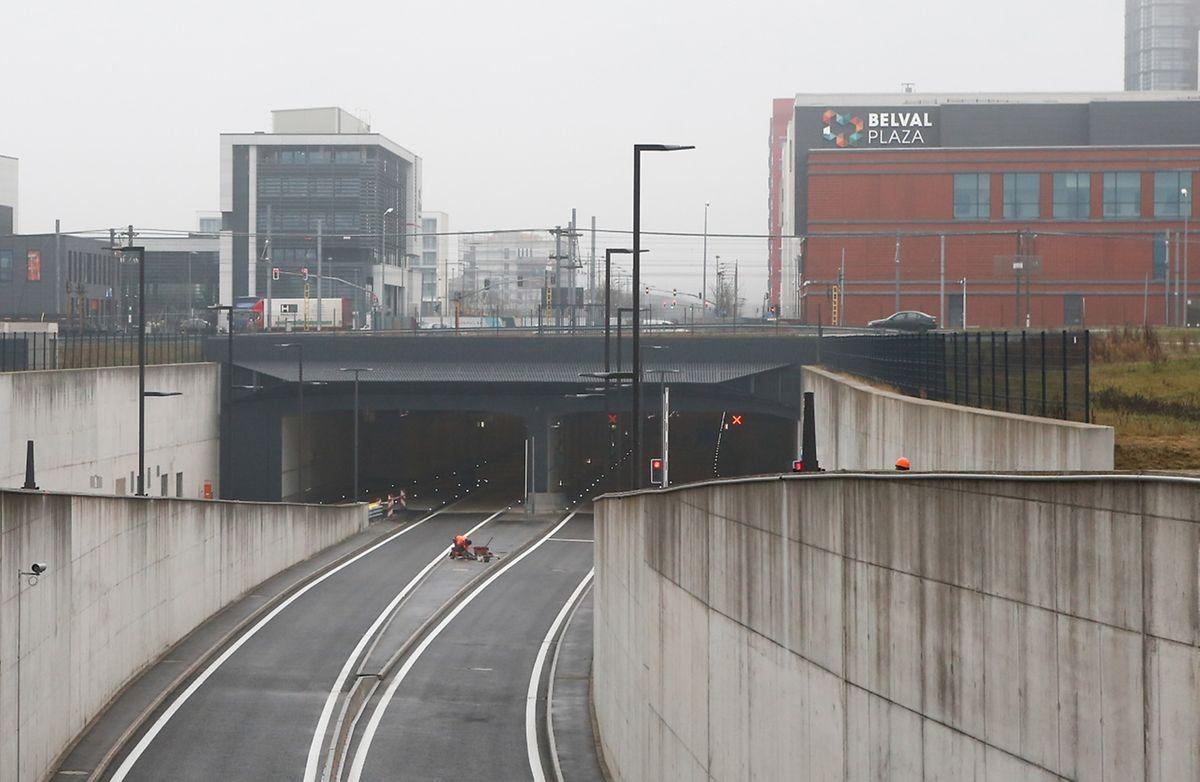 C'est la prouesse de ce vaste chantier. Le tunnel Central Gate a été «poussé» sous les voies de chemin de fer pour perturber le moins de temps possible le trafic ferroviaire. Long de 735 m, son revêtement est blanc pour une meilleure visibilité.