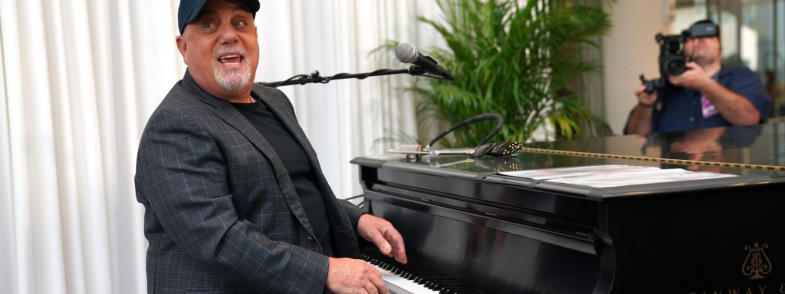 Musician Billy Joel poses at the piano after a press conference at Madison Square Garden July 18, 2018 to celebrate his achievement of 100 lifetime performances at Madison Square Garden in New York. Joel's 100th lifetime performance comes 40 years after his first Madison Square Garden  performance, on December 14, 1978. / AFP PHOTO / TIMOTHY A. CLARY