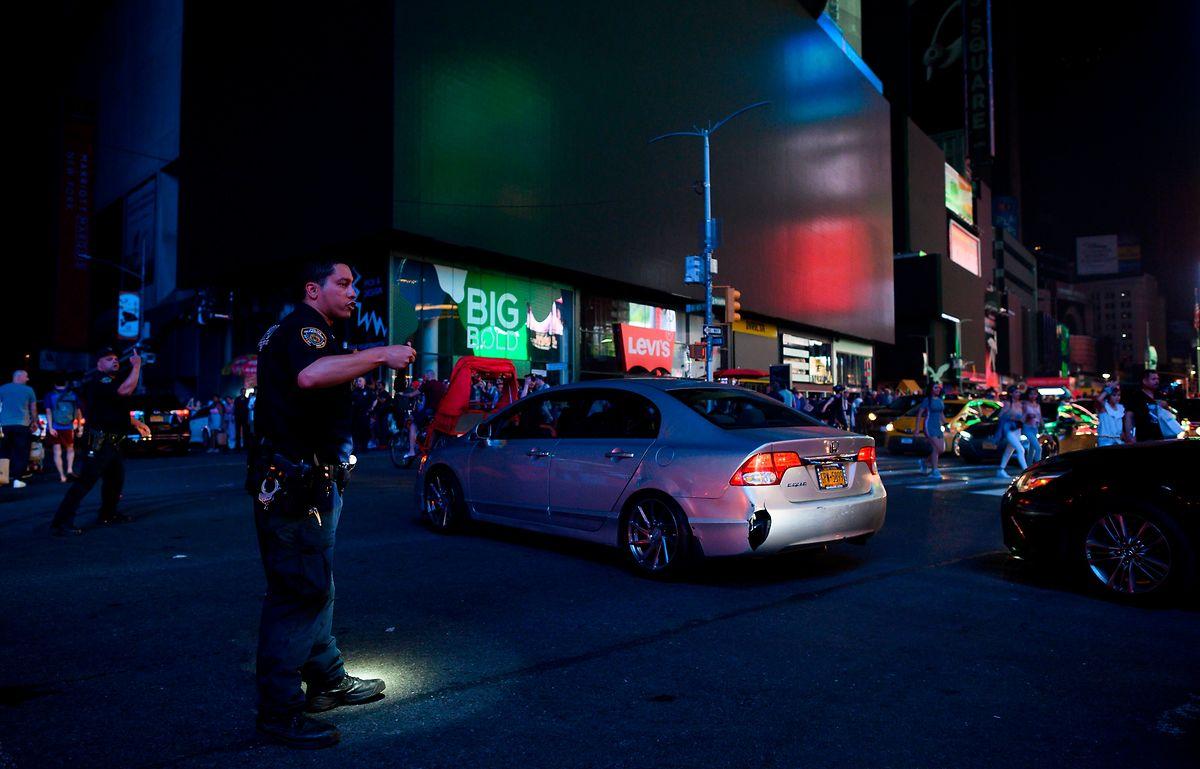 Am Times Square erloschen die zahlreichen Anzeigen.