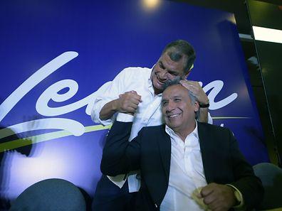 Le président sortant Rafael Correa (arrière-plan) embrasse le vice-président et candidat à la présidentielle Lenin Moreno.
