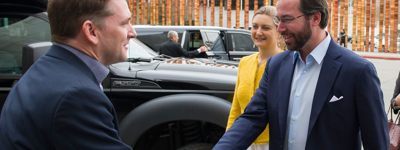 Le p.-d.g. de Planetary Resources, Chris Lewicki, accueille le grand-duc héritier Guillaume et Stéphanie à son siège de Seattle