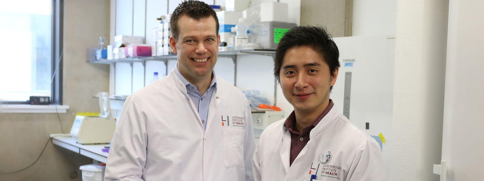 Freuen sich über ihren Forschungserfolg: Dirk Brenner (l.), Leiter der Experimentellen & Molekularen Immunologie, und Doktorand Henry Kurniawan, Erstautor der Studie.