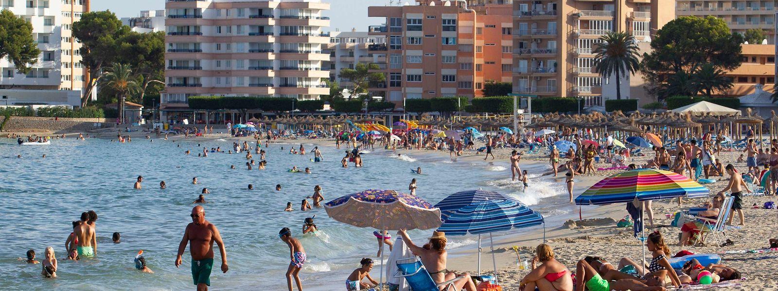 Die Strände auf Mallorca sind im Hochsommer 2020 voll – nur nicht so voll wie in den vergangenen Jahren. Überall ist noch Platz für Neuankömmlinge wie hier am Palmanova-Strand bei Calvià.