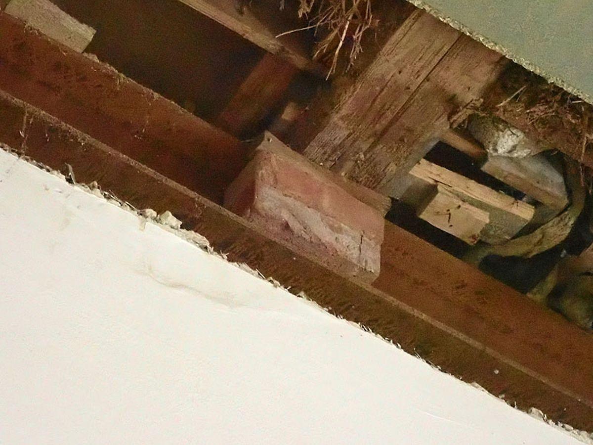 """Gemeingefährlich: Die Holzdecke im """"Exhaus"""" wurde von Ziegelsteinen und Holzkeilen zusammengehalten."""