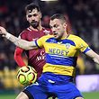 Le Sochalien Yohan Mollo empêche Farid Boulaya de passer. Le FC Metz a dû se contenter d'un point.