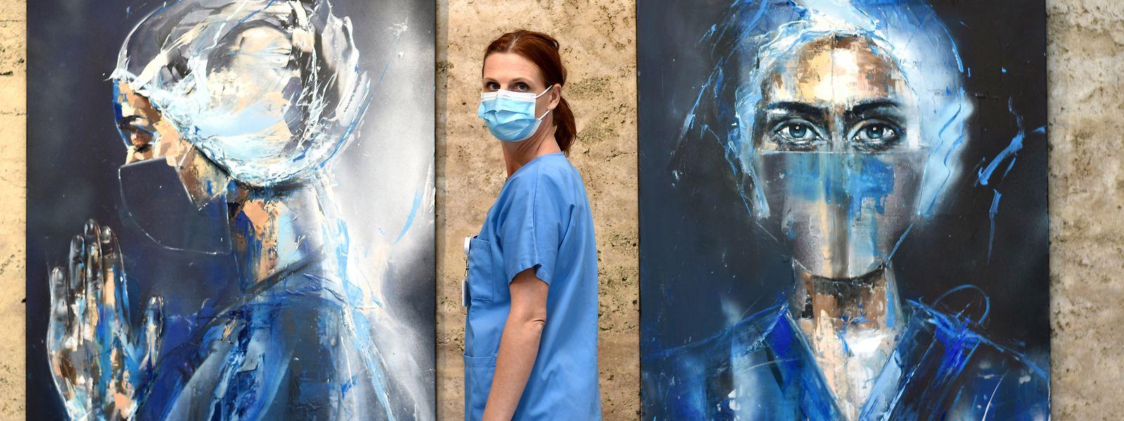 Die Krankenpflegerin und Künstlerin Gilliane Warzée hat ihre Eindrücke der Corona-Krise in zwei Porträts verarbeitet.