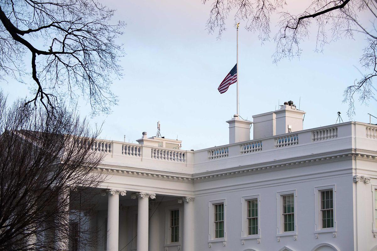 Um der Toten zu gedenken, ordnete Biden im ganzen Land das Herabsetzen der Flaggen auf halbmast an.