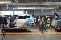 ARCHIV - 28.03.2014, USA, Spartanburg: Mitarbeiter des BMW-Werkes arbeiten an einem SUV. Eine weitere Eskalation des Handelskonflikts zwischen den USA und China könnte die deutschen Autokonzerne nach Einschätzung von Unternehmensberatern schon bald deutlich treffen. Die deutschen Hersteller exportieren von ihren Werken in Amerika aus nach China. Zölle von Peking auf US-Ausfuhren würden so auch die deutschen Unternehmen treffen. Foto: Daniel Schnettler/dpa +++ dpa-Bildfunk +++