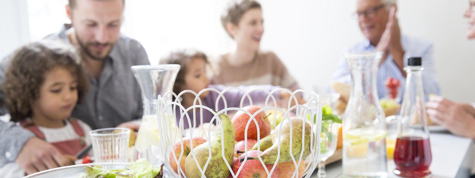 Gut für Genuss und Verdauung: Gemeinsam am Esstisch sitzen und dabei möglichst entspannt sein.