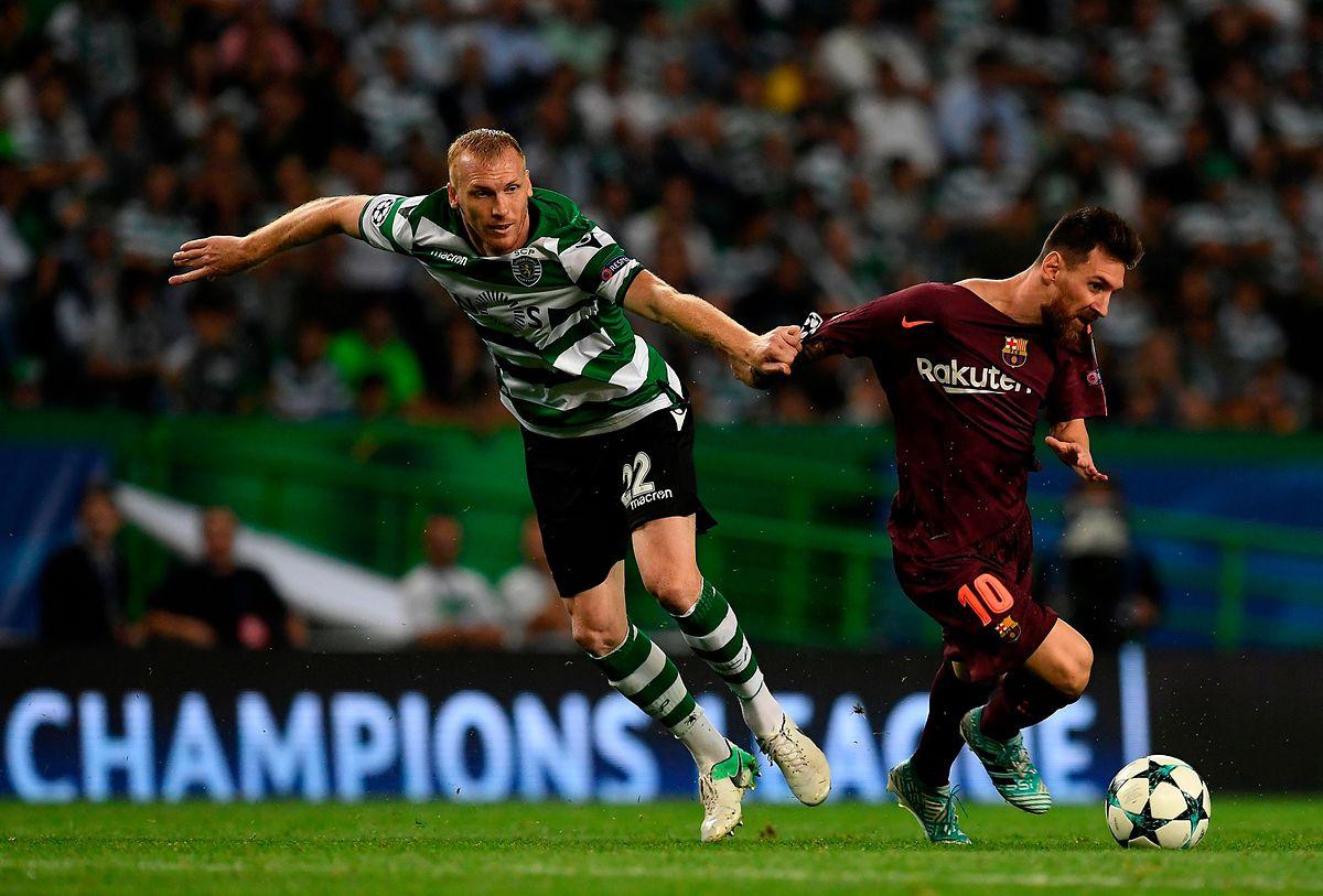 Jeremy Mathieu do Sporting em luta com  Lionel Messi, em Alvalade