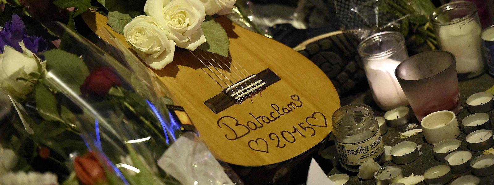 Blumen, Kerzen und eine Gitarre in Gedenken an die Opfer des Bataclan-Anschlags.
