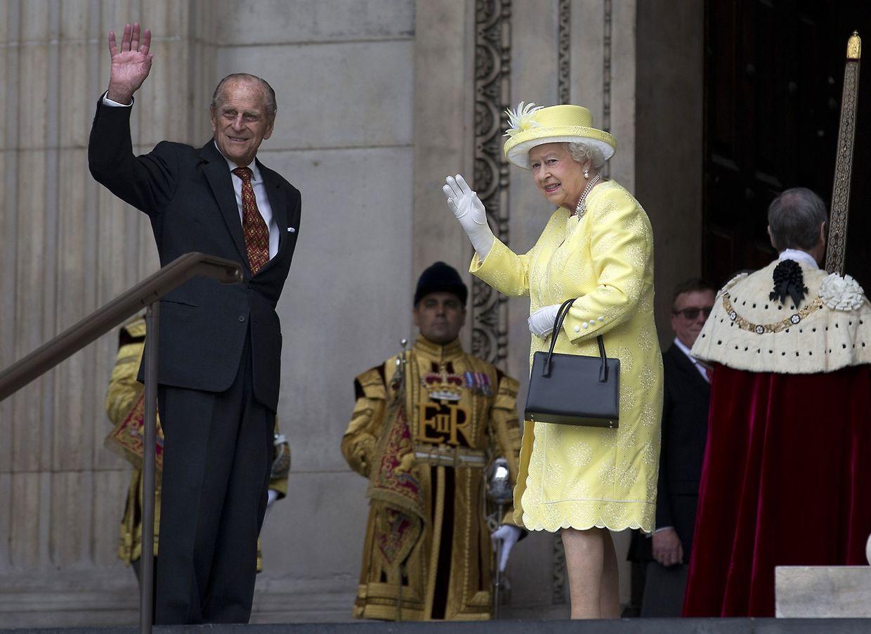 Queen Elizabeth II.und Prinz Philip, Herzog von Edinburgh, winken der jubelnden Menge zu.