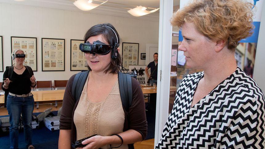 """Bisher haben 12 000 Personen die Simulation """"Labyrinth Psychotica"""" gestestet. Alexandra Landré (r.) arbeitet an dem Projekt mit."""