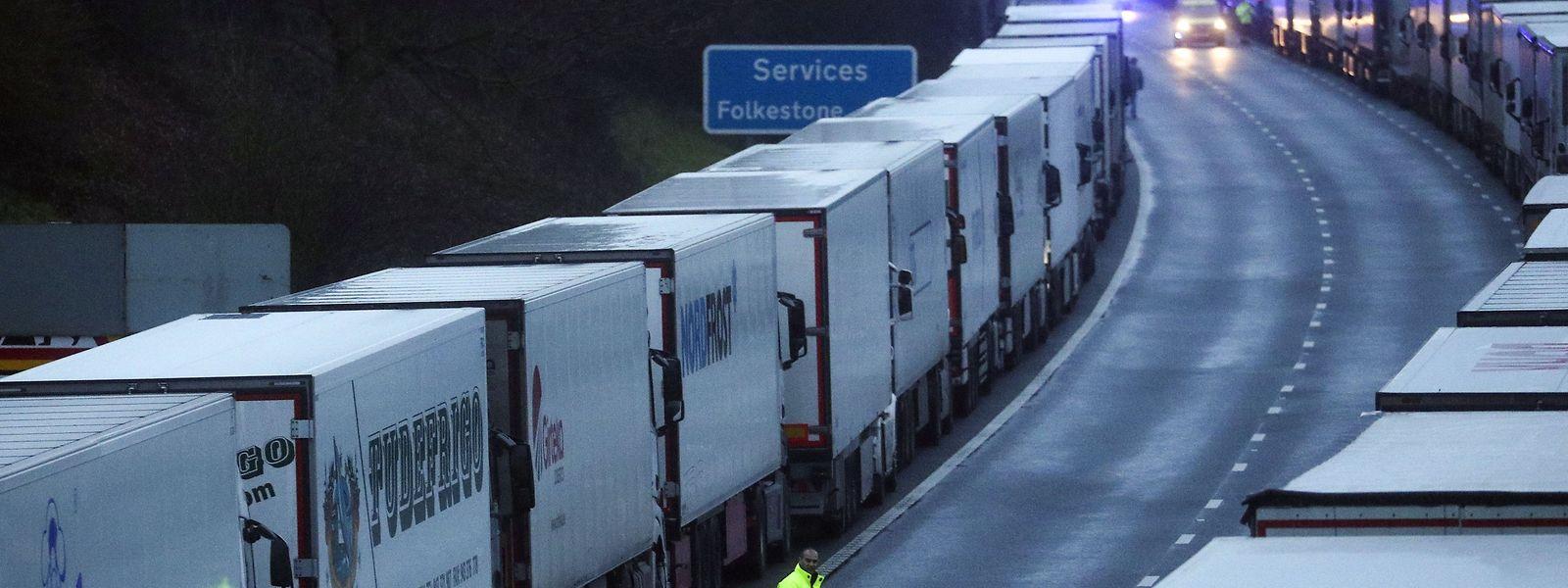 Lastwagen stehen auf der M20 in einer Warteschlange, nachdem der Hafen von Dover geschlossen wurde.