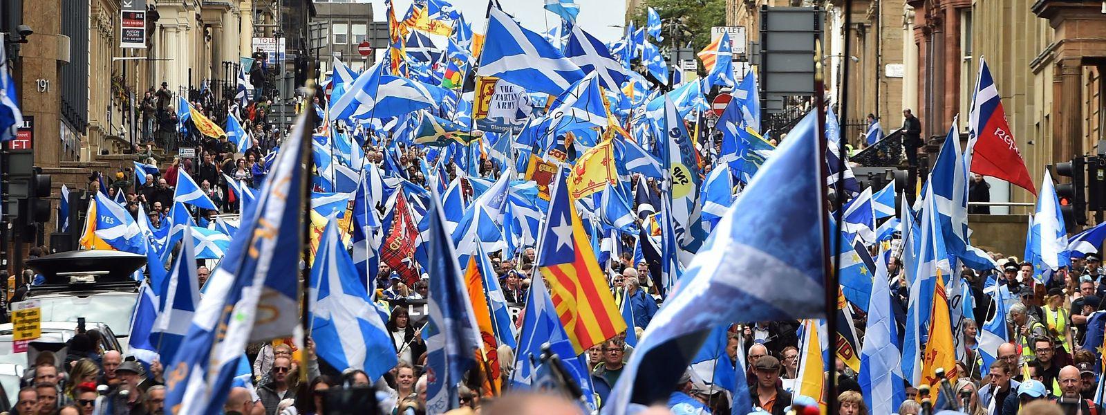 """Unter dem Motto """"All Under One Banner"""" marschierten am Samstag bis zu 35.000 Schotten durch die Straßen Glasgows."""