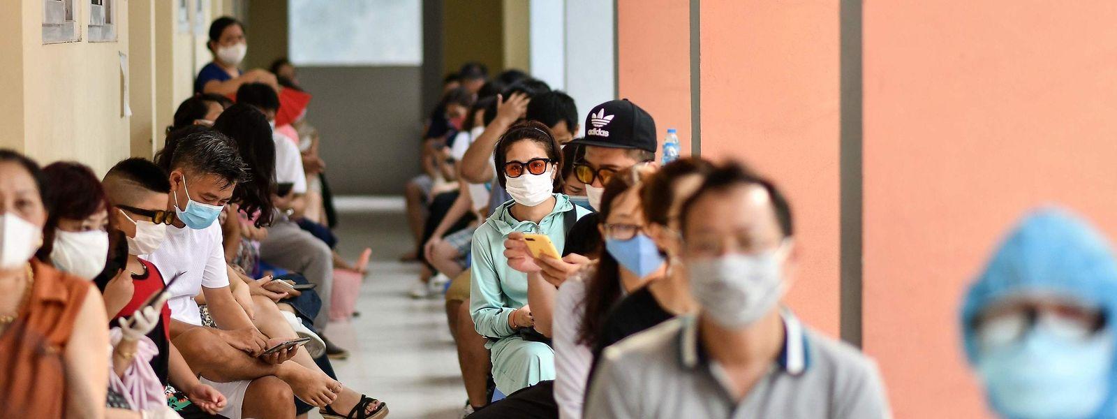 L'Organisation mondiale de la santé (OMS) a lancé un appel à la prudence, exhortant en particulier les jeunes à respecter les mesures de protection.