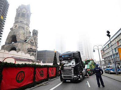 Plus de 36 heures après l'attentat qui a fait 12 morts au Marché de Noël de Berlin, l'auteur des faits est bien en fuite.