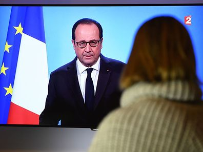 A person watches on December 1, 2016 a TV screen showing French President Francois Hollande announcing his renouncement to run for the next French presidential elections. Francois Hollande dramatically announced he would not seek re-election next year as he bowed to historic low approval ratings after a troubled five years in power. The withdrawal means the 62-year-old Socialist leader is the first president of France's fifth republic, founded in 1958, to step aside after only one term.  / AFP PHOTO / DAMIEN MEYER