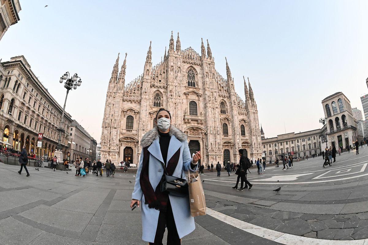 Eine Passantin in Mailand mit Atemschutzmaske: Italien fürchtet wirtschaftliche Auswirkungen durch das Corona-Virus.