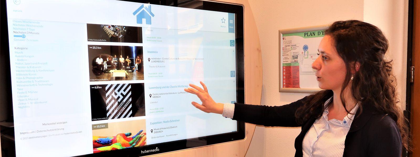 """Am Tochscreen kann der Gast einen Museumsbesuch oder eine Wandertour planen. Projektleiterin Konstanze Liskow erklärt die Funktionen der """"Tourist-Info 2.0""""."""
