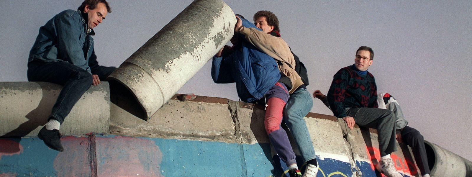 Die Mauer muss weg! Junge Westberliner versuchen am 16. November ein Stück Mauer abzubauen.