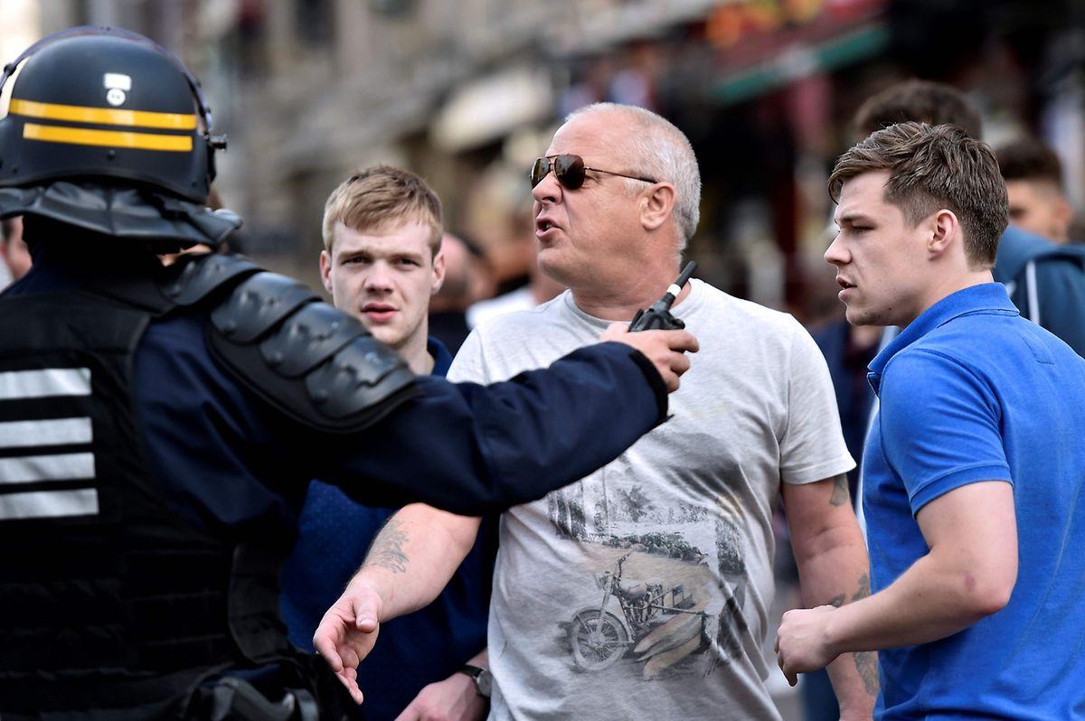 Fans gehen auf Polizisten los.