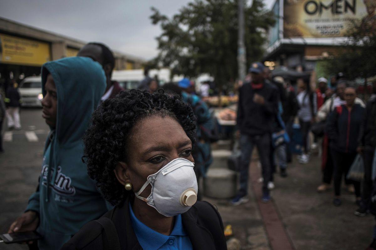 Viele Südafrikaner können im Kampf gegen das Corona-Virus lediglich auf den Mundschutz zurückgreifen - was längst nicht so effizient ist wie regelmäßiges Händewaschen mit Wasser und Seife.
