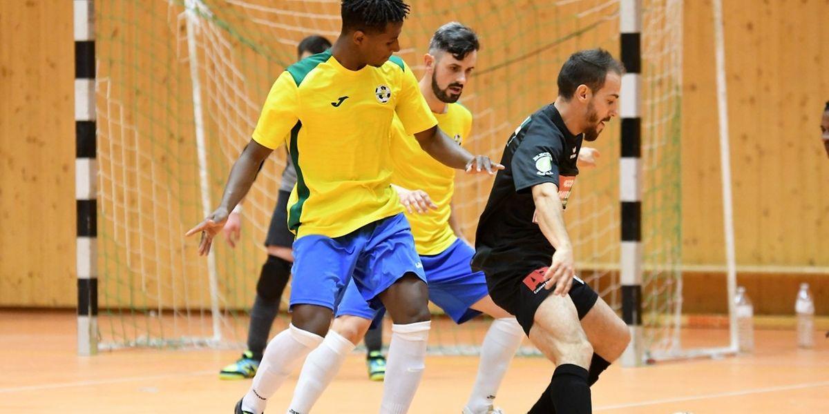 Micael Gonçalves et Filipe Maia (en jaune, Samba 7 ALSS Futsal Niederkorn) pourchassent Marcio Pereira (en noir, Union Titus Pétange)
