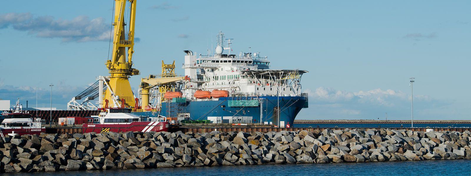"""Das russische Verlegeschiff """"Akademik Tscherski"""" liegt im Hafen Mukran auf der Insel Rügen."""
