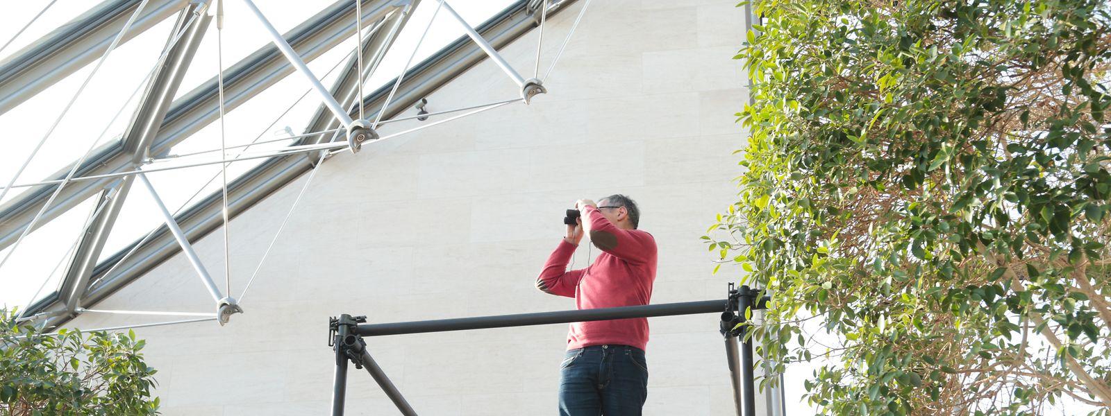 """Neue Ausblicke: Kurator Enrico Lunghi testet die Plattform """"Broadway Fly"""", einem Werk, das in der Retrospektive wieder gezeigt wird."""