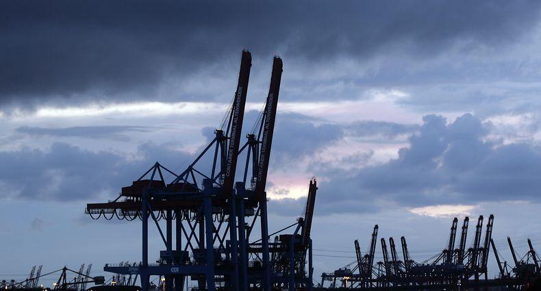 ARCHIV - 09.07.2009, Hamburg: Hochgeklappte Containerbrücken stehen unter einem dunklen, wolkenverhangenen Himmel am Containerterminal Hamburg Altenwerder. Die Rezession wegen der Corona-Pandemie wird nach der neuesten Prognose der EU-Kommission in diesem Jahr noch stärker ausfallen als angenommen. (zu dpa «EU-Kommission: Rezession noch tiefer als bisher erwartet») Foto: Tobias Kleinschmidt/dpa +++ dpa-Bildfunk +++