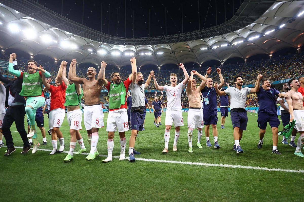 Die Schweizer feiern den Einzug ins Viertelfinale.