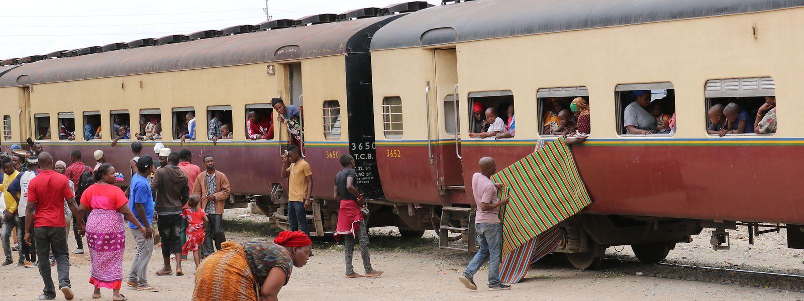 Zwischenstopp nach 16 Stunden Fahrtzeit: In Tansanias Hauptstadt Dodoma legt der Zug eine längere Pause ein.