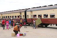 ARCHIV - Zum Themendienst-Bericht von Julian Hilgers vom 2. Januar 2020: Zwischenstopp nach 16 Stunden Fahrtzeit: In Tansanias Hauptstadt Dodoma legt der Zug eine längere Pause ein. Foto: Julian Hilgers/dpa-tmn - Honorarfrei nur für Bezieher des dpa-Themendienstes +++ dpa-Themendienst +++