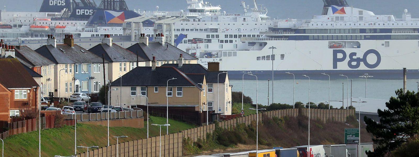 Bei Dover stauen sich die Lastwagen auf der A20 bei der Anfahrt zum Hafen.