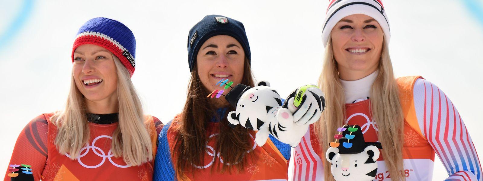 Lindsey Vonn (r.) konnte dennoch lächeln. Sie musste sich mit Rang drei hinter Sofia Goggia (M.) und Ragnhild Mowinckel zufrieden geben.