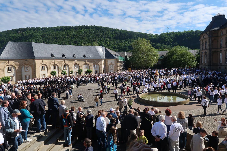 Tausende Springergruppen und Musikanten zogen durch die Altstadt von Echternach.