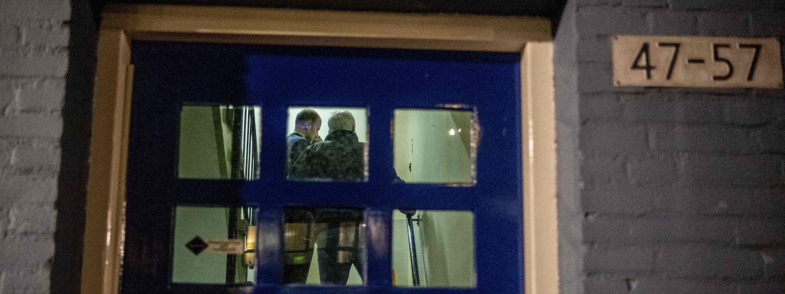 Polizeibeamte bei der Durchsuchung einer Wohnung in Arnheim (NL).