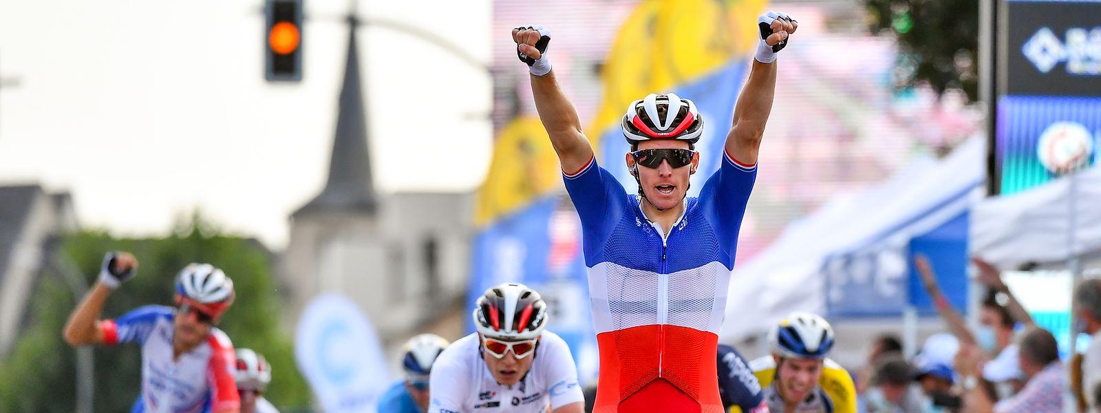 Arnaud Démare reißt die Arme in die Luft. Er gewinnt in Hesperingen.