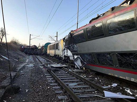 Der Doppelstock-Triebwagen wurde bei der Kollision schwer beschädigt.